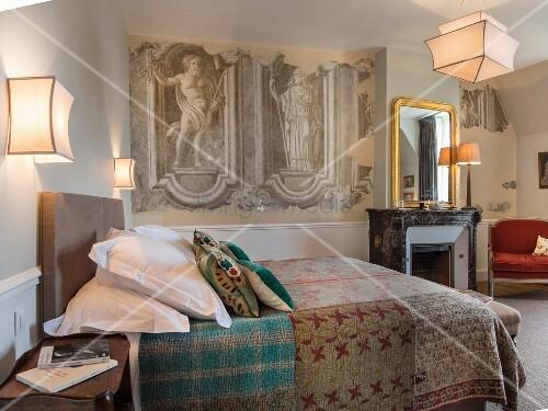 Schlafzimmer mit Wandmalerei im Chateau Des Grotteaux