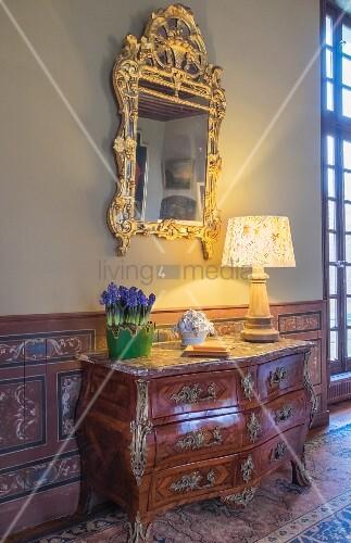 Antike Kommode und ein Spiegel im Chateau Des Grotteaux