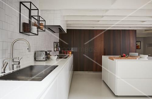 Moderne offene Küche mit weißen Fronten ohne Oberschränke – Bild ...