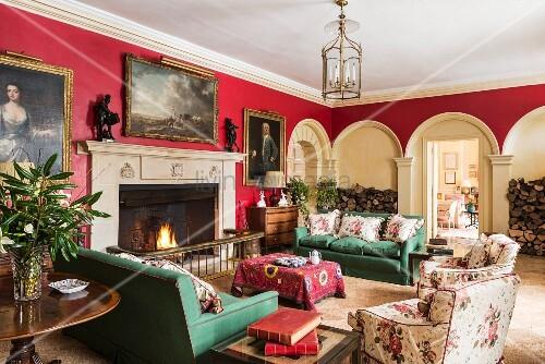 Klassisches Wohnzimmer Im Cornwell Manor In Rot Und Grün