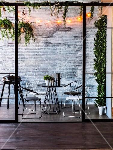 Filigrane Outdoormöbel, Grill und Grünpflanzen für Terrasse oder Balkon