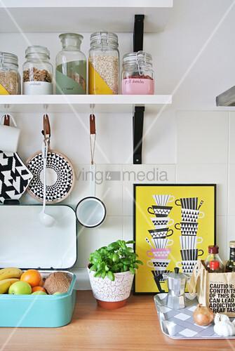 Verschiedene Küchenutensilien und DIY-Vorratsgläser auf Regal
