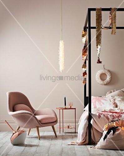 Elegantes Schlafzimmer in Rosé und Metallic mit Himmelbett