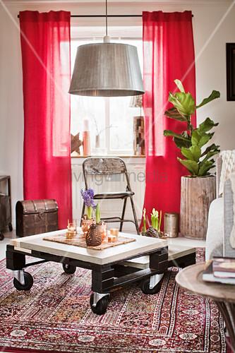 Selbstgemachter Couchtisch aus Paletten im Wohnzimmer