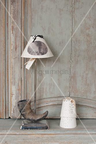 Tischleuchte mit Horn am Fuß und Lampenschirm aus Papier