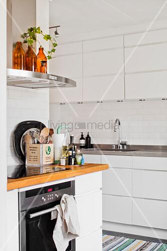 weiße Einbauküche mit U-Bahn-Fliesen an der Wand