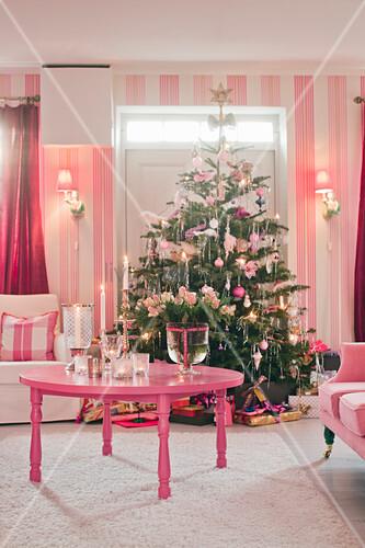 Weihnachtsbaum im kitzschigen Wohnzimmer ganz in Pink und Rosa