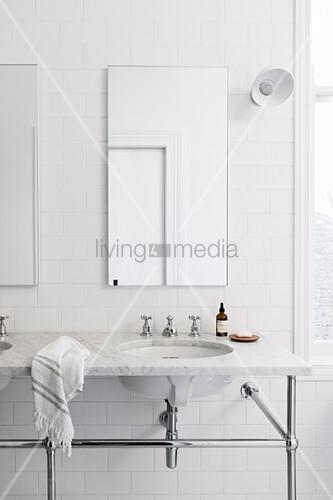 Waschtisch aus Marmor auf Metallgestell mit zwei Waschbecken