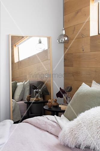 Bett, Nachttisch und Spiegel im ... – Bild kaufen – 12343047 ...