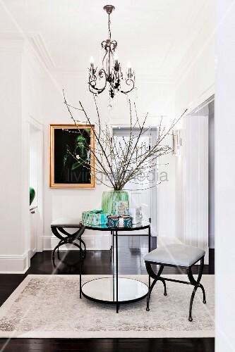 Eleganter Flur in Schwarz und Weiß mit einem runden Tisch