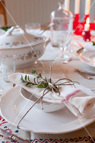 Zweig auf einer Serviette mit Paketschnur auf gedecktem Tisch