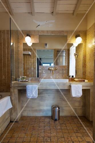 Rustikales Badezimmer In Brauntönen Mit Modernem Waschtisch Bild
