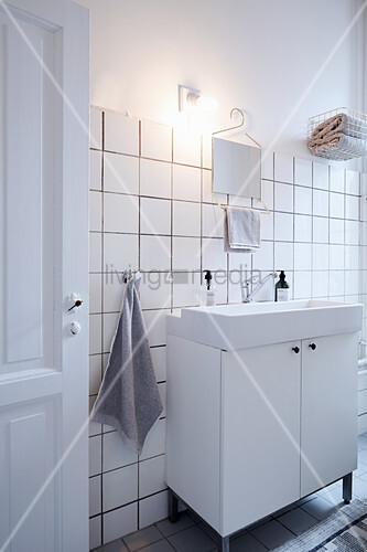 Waschtischunterschrank mit Aufsatzbecken in weißem Badezimmer