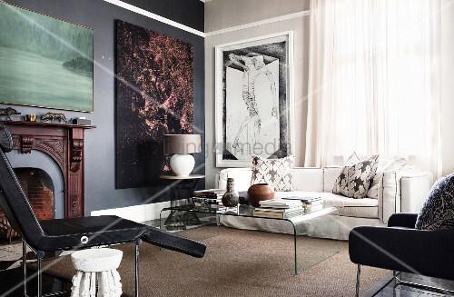 Wohnbereich mit klassischem Kamin und großformatigen Kunstwerken