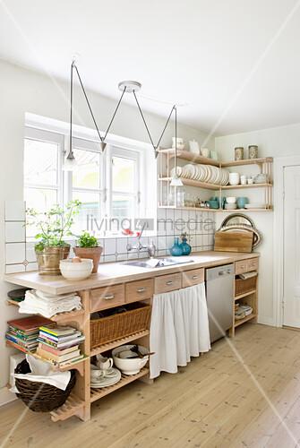 Offene Küchenzeile aus Holz im Landhausstil