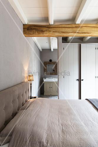 Schlafzimmer mit Schrankwand als Raumteiler zum Bad Ensuite – Bild ...