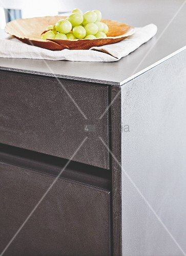Kitchen drawers with concrete-look fronts and a steel worktop