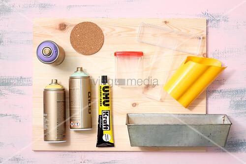 Bastelmaterial für ein Utensilo aus recycelten Behältern