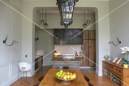 Esszimmer und Durchgang in die offene Küche mit Holzfronten