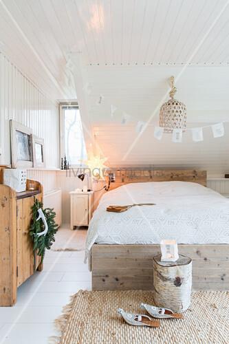 Gemütliches Schlafzimmer in Naturtönen ... – Bild kaufen ...