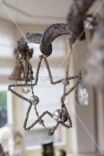 Stern aus Perlen und eine Girlande mit nostalgischer Weihnachtsdeko