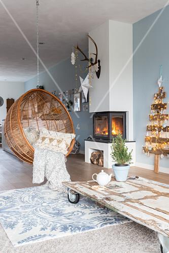 Hängesessel vor dem Kamin und im Wohnzimmer mit blauer Wand – Bild ...