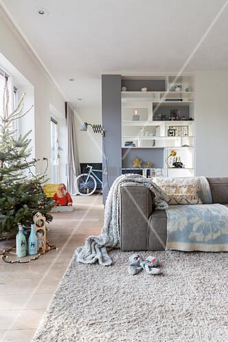 Modernes Wohnzimmer in winterlichen Farben