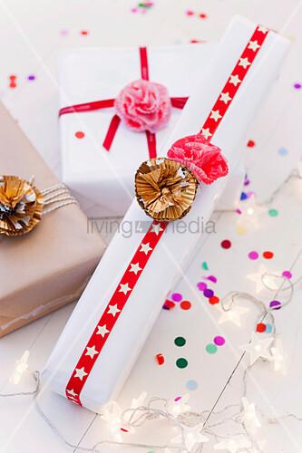 Verpackte Geschenke mit Blumen aus Muffinmanschetten
