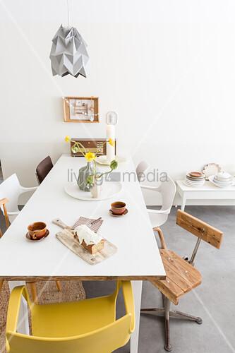 Verschiedene Stuhle Um Den Weissen Tisch Bild Kaufen 12355559