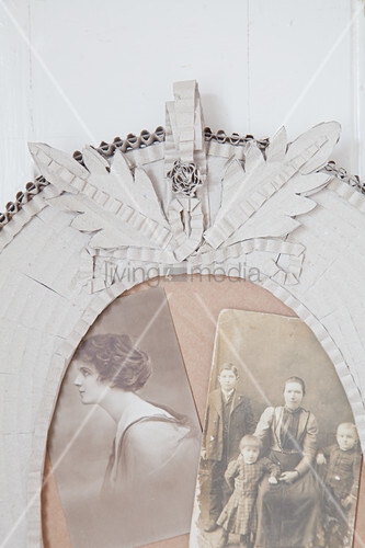 Detail eines Bilderrahmen aus Wellpappe mit alten Fotos