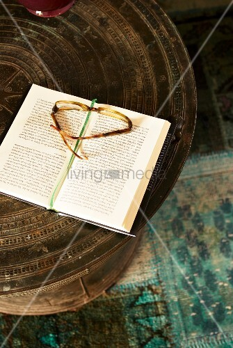 Ethno Tisch mit Brille und Buch
