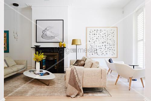 Naturtone Im Wohnzimmer Mit Klassischem Bild Kaufen 12369459