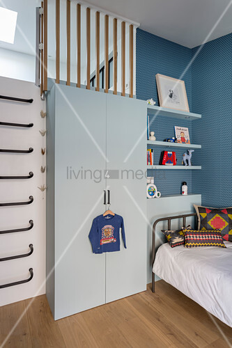 Jungenzimmer mit Sprossenwand neben dem Kleiderschrank
