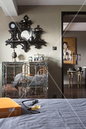 Verspiegeltes Schränkchen und Regal mit Spiegel im Schlafzimmer ...