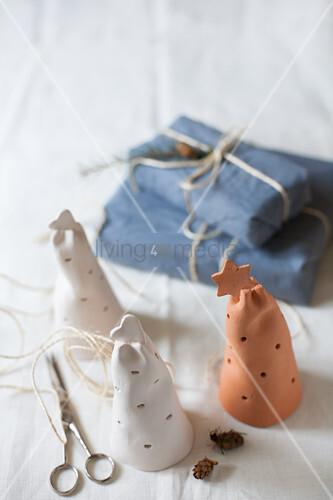 Tonglocken mit Lochmuster und in Stoff verpackte Geschenke