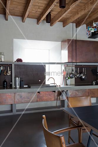 Wohnküche im Industriestil mit Metallfronten im rostigen Look