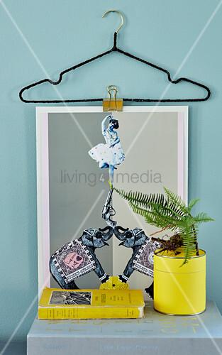 DIY-Bildhalterung aus Draht-Kleiderbügel – Bild kaufen – living4media