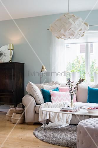 Sofa mit kissen und coffeetable vor fenster daneben for Sofa vor fenster