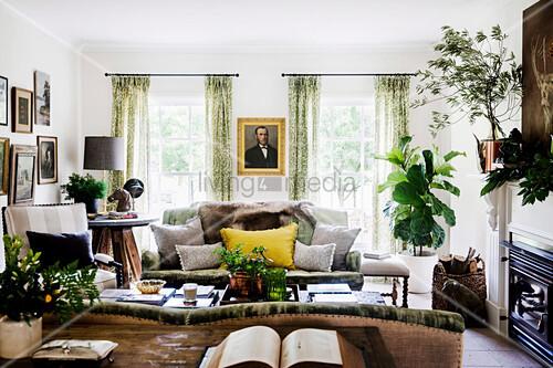 Gemütliches Wohnzimmer in Braun und … – Bild kaufen ...