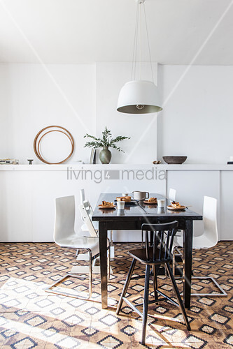 dunkler esstisch mit designerst hlen vor wei er wand bild kaufen living4media. Black Bedroom Furniture Sets. Home Design Ideas