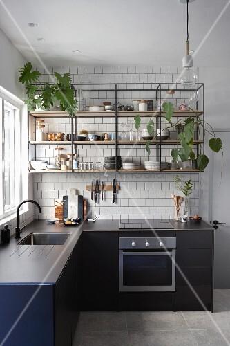 Offenes Regal aus Metall und Holz mit Zimmerpflanzen in der Küche
