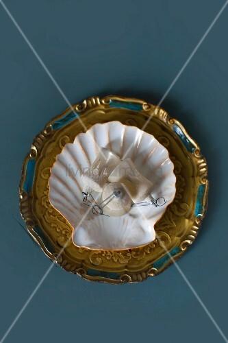 Alter Christbaumschmuck im Muschelteller auf einem alten Tablett