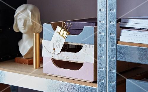 Beklebte und bemalte Ordnungssysteme im Metallregal