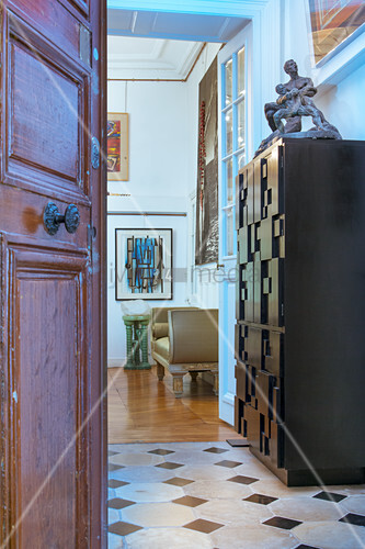 Offene Wohnungstür zu einer Künstlerwohnung