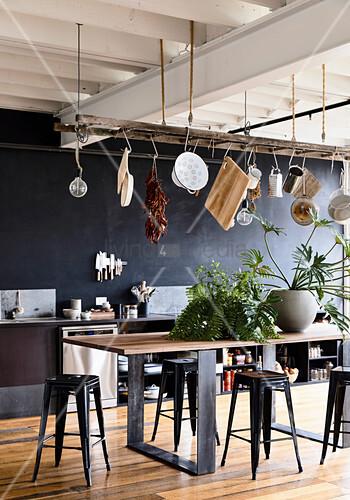 Leiter als Hängeaufbewahrung in der Küche mit schwarzer Wand