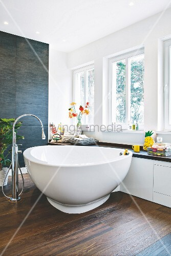 Designer-Badewanne vor Fenster mit … – Bild kaufen ...