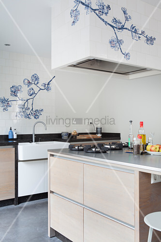 weiße Wandfliesen mit blauem Blumenmotiv in der Küche