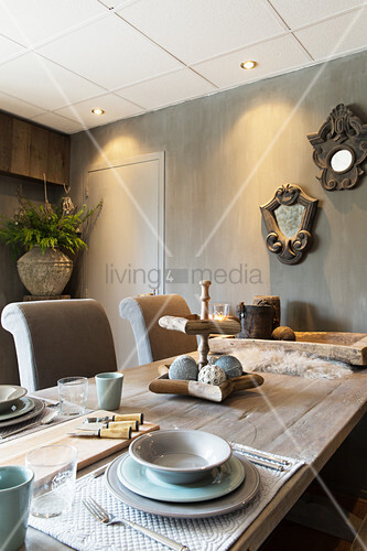 Gedeckter Tisch in Naturtönen im Esszimmer mit gewischten Wänden