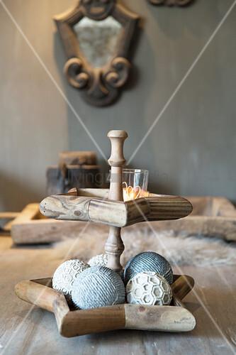 Etagere mit sternförmigen Tellern aus Holz und Dekokugeln