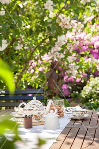 Gedeckter Teetisch in sommerlichem Garten